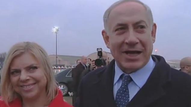 نتانياهو قبل صعودهة الى الطائرة متجها الى الولايات المتحدةمع زوجته ساراة  (من شاشة القناة الثانية)