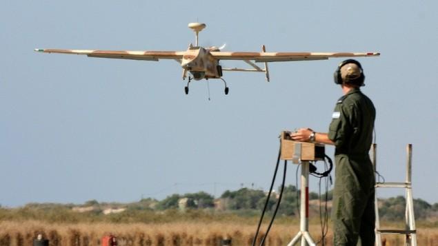 جندي اسرائيل يتحكم بطائرة بدون طيار (بعدسة بن عامي/ فلاش ٩٠)