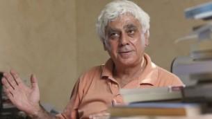 رئيس جامعة القدس بروفسور سري نسيبة في مكتبه في بيت حنينا القدس (بعدسة ناتي شوحاط/ فلاش ٩٠)