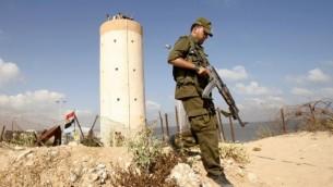 حارس من قوات حماس يمر بجانب برج رقابة مصري في رفح على الحدود مع مصر (فلاش 90)