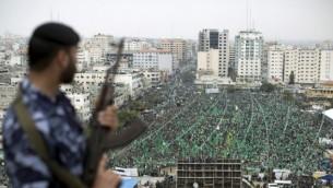 مؤيدون لحركة حماس اثناء مهرجان احياء الذكرى العاشرة لاغتيال مؤسس الحركة شيخ احمد ياسين 23 مارس 2014 (بعدسة محمود حمص/ أ ف ب)