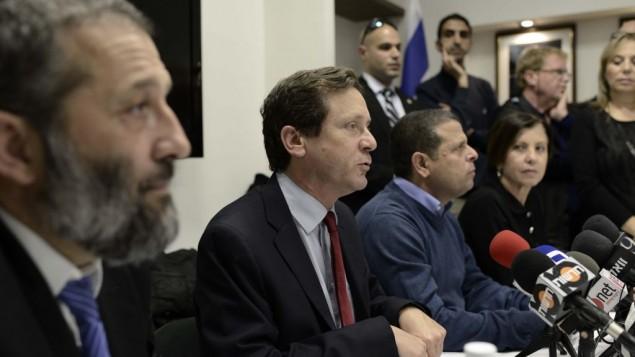 يتسحاق هرتسوج (مركز الصورة) في مؤتمر صحفي مساء الاحد (بعدسة تومر نيوبرغ/ فلاش 90)