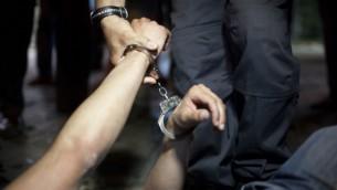 صورة توضيحية لرجل في الاعتقال (فلاش 90)