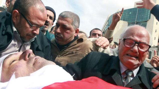 والد رائد زعيتر خلال جنازة ابنه في مدينة نابلس شمال الضفة الغربية (بعدسة جعفر عشتيه/ أ ف ب )