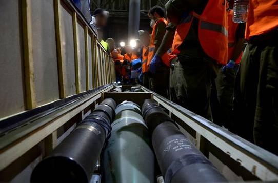 قوات الجيش الاسرائيلي تتفحص صناديق الصواريخ التي وجدت على متن سفينة كلوس سي (مقدمة من المتحدث باسم الجيش الاسرائيلي)