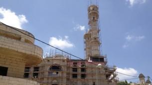 المسجد الجديد في ابو غوش اثناء عملية البناء الممولة من تبرعات شيشانية (بعدسة الحانان ميلر/ تايمز أوف اسرائيل)