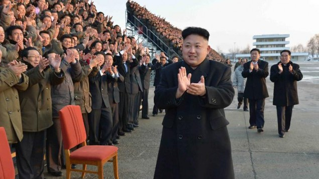 صورة بدون تاريخ  قدمتها وكالة الاخبار كوريا  الشمالية للصحافة العالمية بتاريخ 11 فبراير 2014 وبها كيم جونج اون خلال مؤتمر وطني لعمال القطاع الزراعي في مكان غير معروف في كوريا الشمالية (: KCNA via KNS/AFP/File)