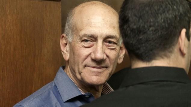رئيس الوزراء السابق اهود اولمرت مع محاميه 31 مارس 2014 (أ ف ب/ دان بليتي)