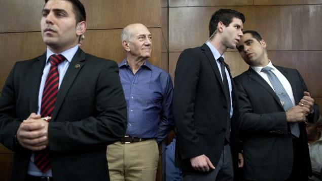 رئيس الوزراء السابق اهود اولمرت مع محاميه يتحضر لادلاء الشهادة في قضية هوليلاند ١ اوكتوبر ٢٠١٣ (أ ف ب/ دان بليتي)