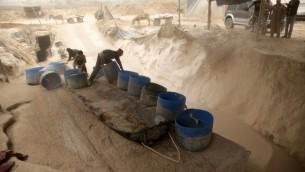 عمال فلسطينيون ينقلون الحصى من انفاق التهريب بين قطاع غزة ومصر في رفح 3 ابريل 2013 (بعدسة عصام ريماوي/ فلاش 90)
