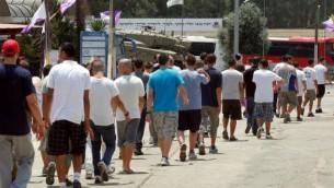 شبان اسرائيليون في طريقهم الى مكتب التجنيد (فلاش 90)
