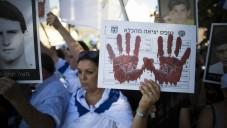 عائلات واقرباء ضحايا هجومات على اسرائيل في اعتصام قبل موعد النبضة الثالثة التي ستطلق سراح 104 سجناء أمنيون (يوناتان سنايدل/ فلاش 90)