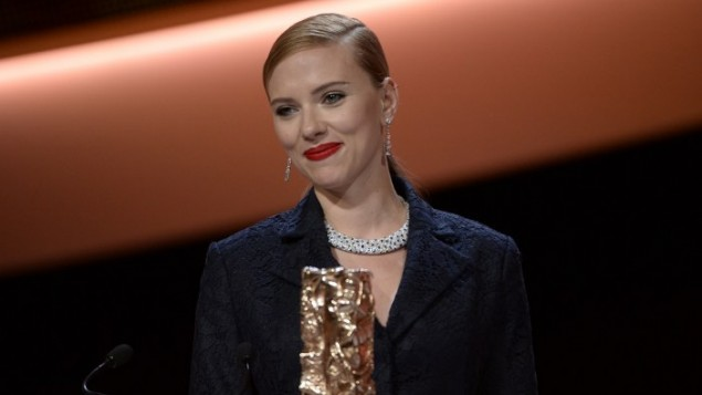 سكارلت جوهانسون تبتسم بعد تلقيها جائزة الشرف في جوائز سيزار ال39 في باريس فرنسا 28 فبراير 2014 (بعدسة مارتين بيوريو/ أ ف ب)