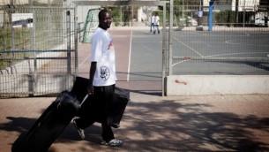 صورة توضيحية لمهاجر سوداني يستعد لمغادرة اسرائيل (بعدسة تالي ماير/ فلاش 90)