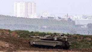 بعد وقف اطلاق النار دبابة تحرس الحدود مع غزة (جاك يوز/ أ ف ب)