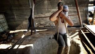 عامل فلسطيني عند نفق تهريب بين قطاع غزة ومصر (بعدسة عبد الرحيم خطيب / فلاش 90)