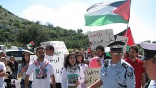 المحامي يامن زيدان والناشطة ميسان حمدان خلال مظاهرة دعم لرافضي الخدمة العسكرية من ابناء الطائفة الدرزية (بعدسة هشام مهنا)