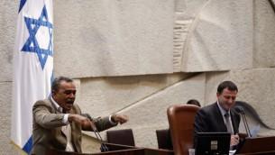 عضو الكنيست جمال زحالقة على منبر الكنيست 31 يوليو 2013 (فلاش 90)