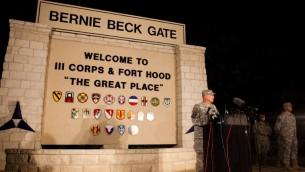 الجنرال مارك ميلي قائد القاعدة فورت هود في تكساس امام الصحافة بعد حادثة اطلاق النار ٢ ابريل ٢٠١٤ (درو انثوني كيلي/ جيتي/ أ ف ب)