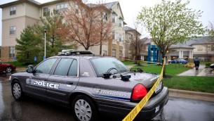 سيارات الشرطة بعد الهجوم العنصري على منزل للمتقاعدين اليهود في ولاية كنساس الاميركية ١٤ ابريل ٢٠١٤ (جيمي سكوير/جيتي/ أ ف ب)