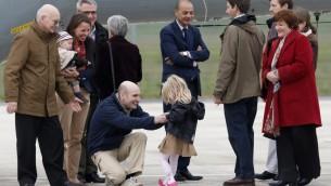 الصحافي الفرنسي نيكولا هينان (C)، الذي احتجز في سوريا العام الماضي وأطلق سراحه وثلاثة من رفاقه أمس، يلتقي عائلته لدى وصوله القاعدة الجوية فيلاكوبلاى جنوب غرب باريس يوم 20 أبريل 2014. قد تم القبض في حادثين منفصلين في يونيو من العام الماضي أربعة صحفيين فرنسيين، إدوار إلياس، ديدييه فرانسوا نيكولا هينان وبيار توريس قد تم القبض في حادثين منفصلين في يونيو من العام الماضي في حين تغطية النزاع في سوريا. AFP PHOTO / توماس سامسون