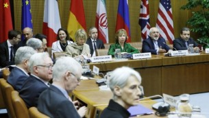 كاثرين أشتون مارغريت، وزير الخارجية الايراني جواد ظريف محمد، والسفير الإيراني إلى النمسا حسن الطاجيكية في اجتماع  EU 5 +1 مع ايران للمحادثات في مقر الامم المتحدة في فيينا، في 8 أبريل 2014. (أ ف ب / ديتر ناجل)
