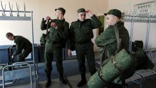 مجندين في الجيش الروسي في المكتب العسكري في سانت بطرسبورغ، في 22 أبريل عام 2014. وحشدت عشرات الآلاف من القوات الروسية على الحدود الشرقية في أوكرانيا في حلف شمال الاطلسي ما يعتقد هو حالة من الاستعداد للغزو. AFP PHOTO / OLGA MALTSEVA