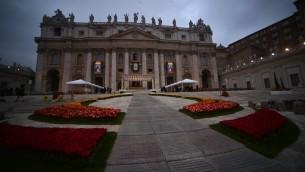الزهور تزين  كاتدرائية القديس بطرس قبل تقديس البابوات يوحنا الثالث والعشرين ويوحنا بولس الثاني في ساحة القديس بطرس في 27 أبريل 2014 في الفاتيكان. تجمع الكاثوليك من مختلف أنحاء العالم في روما يوم الاحد لحضور قداس ترأسه البابا فرانسيس لإضفاء القداسة على البابا يوحنا بولس الثاني ويوحنا الثالث والعشرون - اثنين من الباباوات الذين مؤثرة ساعدت في تشكيل التاريخ القرن 20. AFP PHOTO /