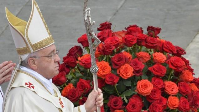 البابا فرانسيس يقود صلاة تقديس البابوات يوحنا الثالث والعشرين ويوحنا بولس الثاني في كنيسة القديس بطرس في الفاتيكان في 27 أبريل 2014. تجمع الكاثوليك من مختلف أنحاء العالم في روما يوم الاحد لحضور قداس ترأسه البابا فرانسيس لإضفاء القداسة على البابا يوحنا بولس الثاني ويوحنا الثالث والعشرون AFP PHOTO / ANDREAS SOLARO