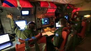 صورة مقدمة من وزارة الدفاع الاسترالية ٣ ابريل ٢٠١٤ تظهر  أفراد الطاقم على متن RAAF أوريون أثناء البحث عن المفقودين ماليزيا للخطوط الجوية MH370 في جنوب المحيط الهندي. (الصورة الائتمان: AFP / الدفاع الاسترالية / CPL DAVID غيبز)