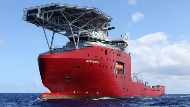 صوورت ب 4 أبريل 2014 ، وقدمت للصحافة  في 5 نيسان من قبل وزارة الدفاع الاسترالية يظهر محدد جهاز يبعث نبضات صوتية بواسطة السفن الاسترالية درع المحيط في البحث الأول لل مسجل بيانات الرحلة المفقودة  الماليزية للخطوط الجوية MH370 في جنوب المحيط الهندي. ( : AFP / استراليا الدفاع / LSIS برادلي Darvill )