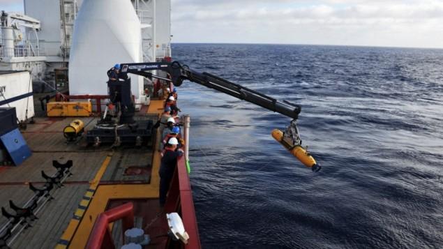 15 أبريل 2014 مقدمة من البحرية الامريكية لعمليات البحث عن المفقودين من طائرة ماليزيا للخطوط الجوية MH370. (بيتر د. بلير / البحرية الامريكية / اف ب)