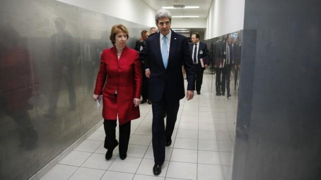 وزير الخارجية الامريكية جون كيري (R) كاثرين أشتون (L) يتوجهون إلى مؤتمر صحفي مشترك حول نتائج  اجتماعات جنيف بشأن الأزمة في أوكرانيا.  17 ابريل نيسان . AFP PHOTO / POOL / جيم بورغ