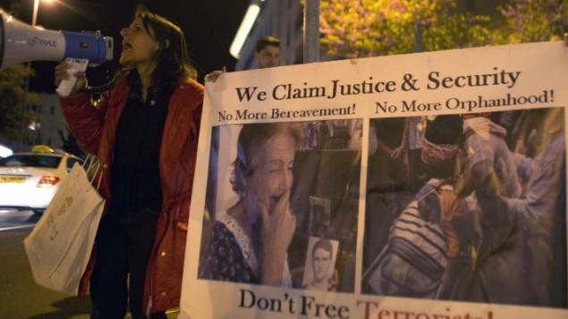 العائلات الثكلى في مظاهرة امام فندق جون كيري في القدس ٣١ مارس ٢٠١٤ (أحمد غرابيل/ أ ف ب)