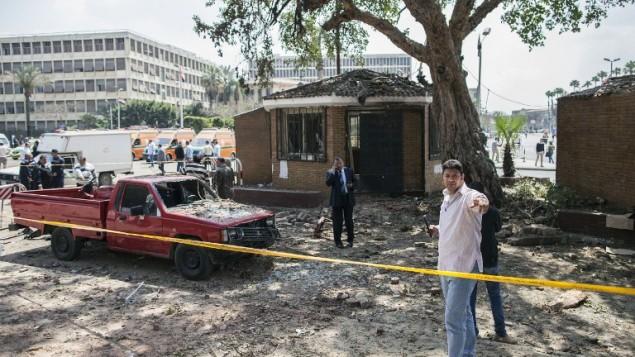 صورة للتوضيح: مصريون يتفحصون الاضرار بعد انفجارين في القاهرة واللذين تلاهما انفجار ثالث بعد قدوم الشرطة، 2014 (محمود خالد / أ ف ب)