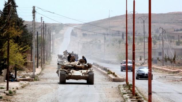 دبابات تابعة لقوات النظام السوري  في جبال القلمون شمال شرقي دمشق، بعد السيطرة على القرية من المقاتلين المتمردين، على 14 أبريل 2014 ( AFP / STR)