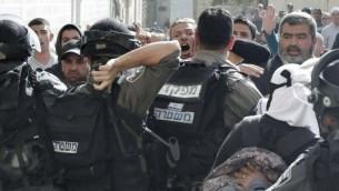 اشتباكات بين الجنود والمصلين في الاقصى ١٦ ابريل ٢٠١٤ (أ ف ب/ احمد غرابلي)