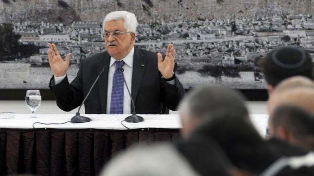 الرئيس الفلسطيني محمود عباس مساء الثلاثاء عند توقيعه طلب الانضمام الى 15 منظمة ومعاهدة دولية في الامم المتحدة ١ ابريل ٢٠١٤ (بعدسة عباس مونمي/ أ ف ب)