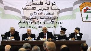 رئيس السلطة الفلسطينية محمود عباس يلقي خطابا أمام أعضاء منظمة التحرير الفلسطينية خلال اجتماع المجلس المركزي في مدينة رام الله، 26 أبريل 2014 (AFP PHOTO / عباس نوامني)