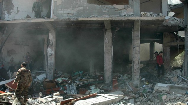 الموقع بعد انفجار سيارة مفخخة في حي العباسية في حمص في 29 أبريل 2014. انفجرت  السيارة  المفخخة في منطقة مزدحمة و تليها بعد ذلك بوقت قصير  هجوم صاروخي على الحي نفسه، قال حاكم الاقليم لوكالة فرانس برس. AFP PHOTO /