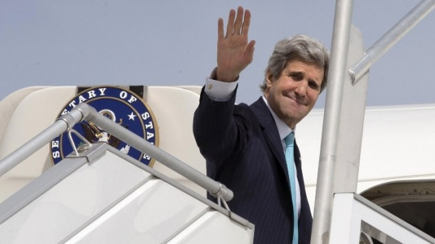 وزير الخارجية الامريكية جون كيري عند صعوده على الطائرة تاركا باريس متجها الى الشرق الاوسط ٣١ ابريل ٢٠١٤ (photo credit: AFP/pool/Jacquelyn Martin)