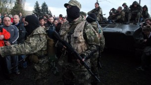 نشطاء مسلحون مؤيدين للروسيا  يتعرضون عمال اوكرانيونن في المدينة الشرقية الأوكرانية كراماتورسك على 16 أبريل 2014.  AFP PHOTO / أناتولي ستيبانوف