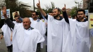 أنصار الإخوان المسلمون في مصر ينظمون مسيرة للاحتجاج على عقوبة الإعدام لأعضاء الجماعة المتشددة في مصر، في أنقرة يوم 25 أبريل 2014 ( AFP / ADEM ALTAN).