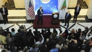 جون كيري يخطب امام طاقم عمال السفارة الامريكية في الجزائر (US State Department)
