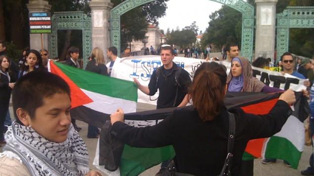 نشطاء موالون لاسرائيل مع نشطاط موالون لفلسطين في اسبوع الابرتهايد جامعة بركلي في كاليفورنيا ٢٠١٢  (photo credit: CC-BY James Buck, Flickr)