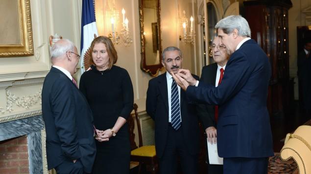 وزير الخارجية الامريكية جون كيري مع فريقي المفاوضات الاسرائيلي والفلسطيني في واشنطن ٢٠١٣ (photo credit: US State Department)