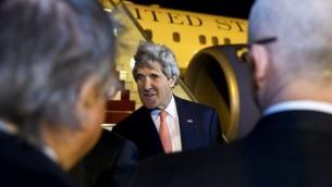 وزير الخرجية الامريكي عند وصوله الى الجزائر 20 ابريل 2014  AFP PHOTO / POOL / JACQUELYN MARTIN