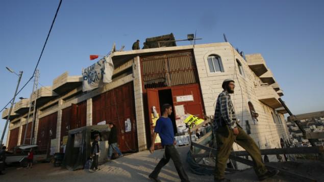 مستوطنون امام البيت المتنازع عليه في الخليل ٢٨ نوفمبر ٢٠٠٨ (ميريام الستير / فلاش ٩٠)
