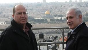 رئيس الوزراء مع وزير الدفاع امام القدس الشرقية العام المنصرم (كوبي جدعون / فلاش ٩٠)