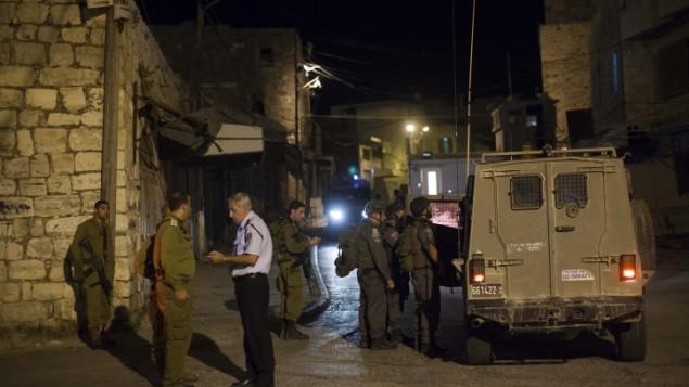 جنود اسرائيليون بعد اطلاق النار في الخليل ٢٢ سبتمبر ٢٠١٣ (يوناتان سنايدل/ فلاش ٩٠)